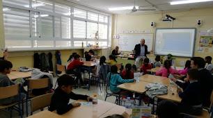 El doctor Alejandro Bonetti con los estudiantes.