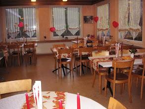 Photo: Hier im schön gedeckten Restaurant  geniessen wir den  Apero.