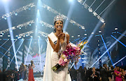 Newly crowned Miss SA Tamaryn Green blows kisses to the audience./ Masi Losi