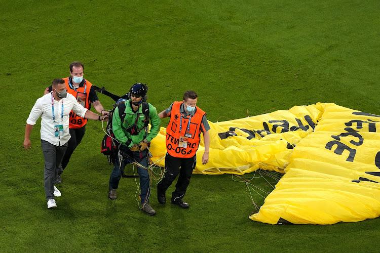 🎥 Le militant de Greenpeace à deux doigts d'être abattu par la police avant France - Allemagne