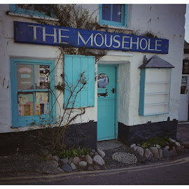 Mousehole Pub by Helen Quirke  - Instagram & Mobile Android ( samsung, cornwall, mousehole, pub, instagra,  )