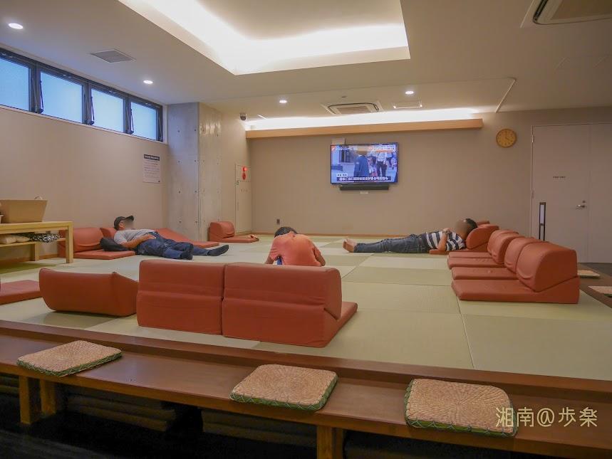 湘南台温泉 らく 無料の縁側ラウンジ 週末は空き場所がないのではないかと思う