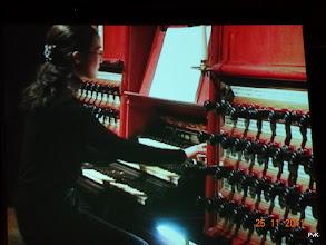 Photo: Junko Sakakibara bespeelt op een magistrale wijze het Grote Orgel van de Sint Bavo Kerk in Haarlem met de Variaties over Bach's 'Weinen, Klagen, Sorgen, Zagen' (S673)