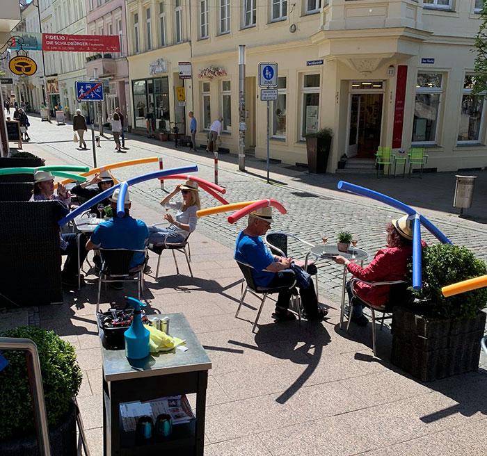 Cafe In Germany Gives Customers Hats With Pool Noodles To Keep Them Apart Saksalainen kahvilla -  naurattaako tai itkettääkö?