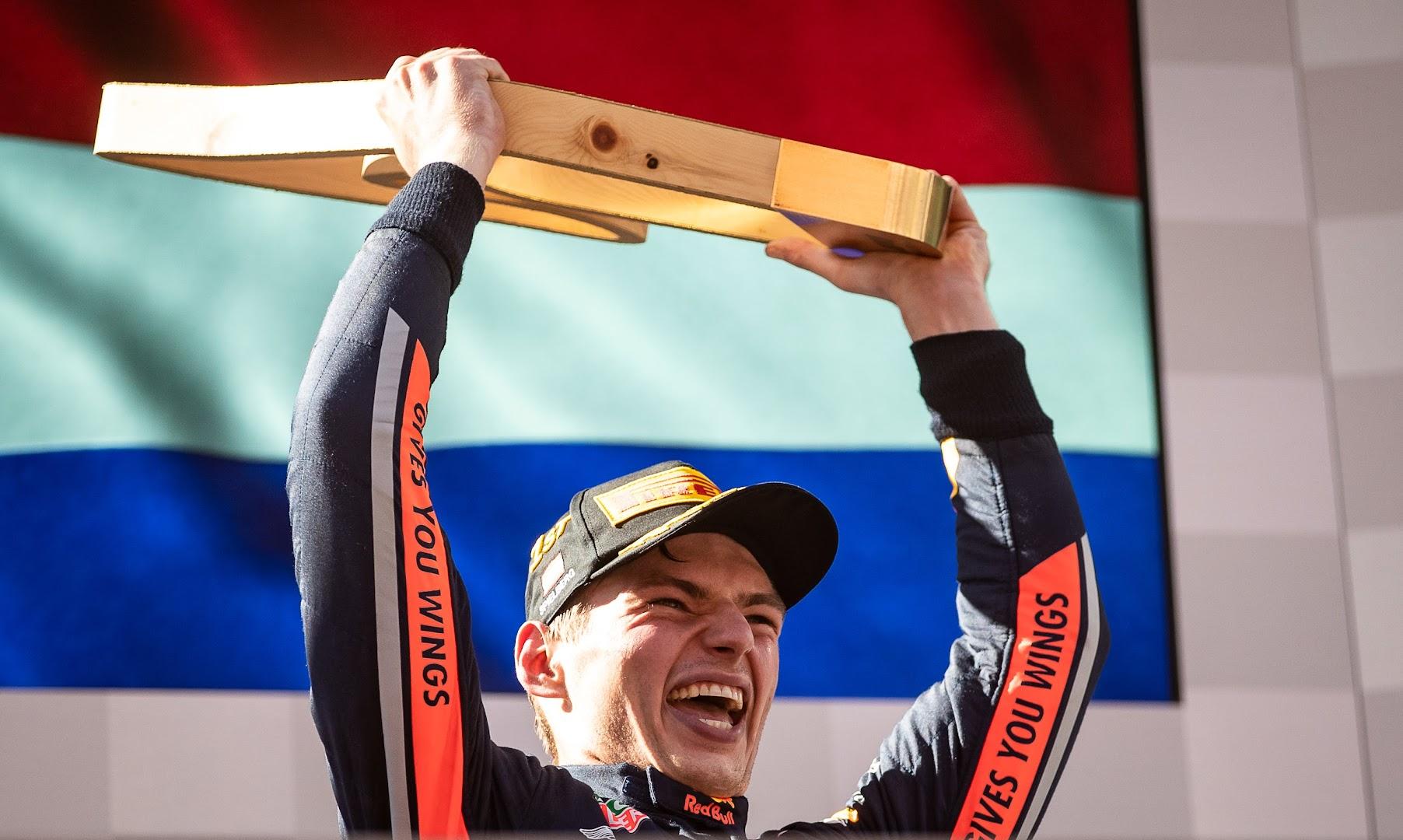 F1第9戦オーストリアGP優勝のフェルスタッペン、トロフィーを天高く掲げる