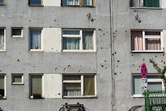 Photo: Ślady po kulach na budynku