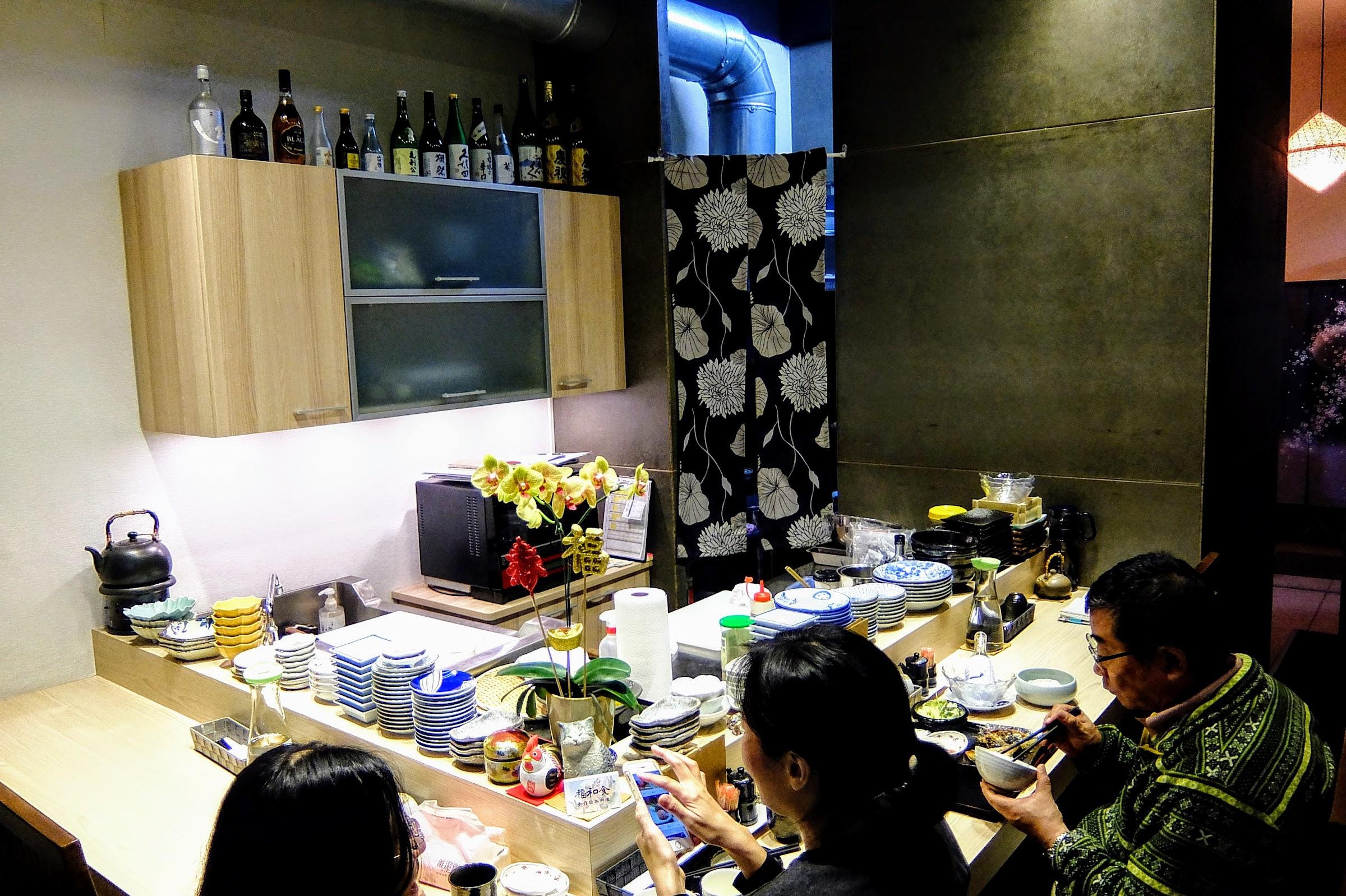 一樓是BAR台方式,可以看到師傅在這邊製作餐點