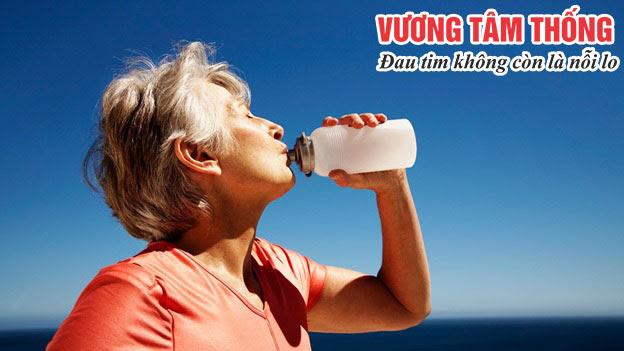 Người bệnh van tim chỉ nên uống nước khi thực sự cảm thấy khát