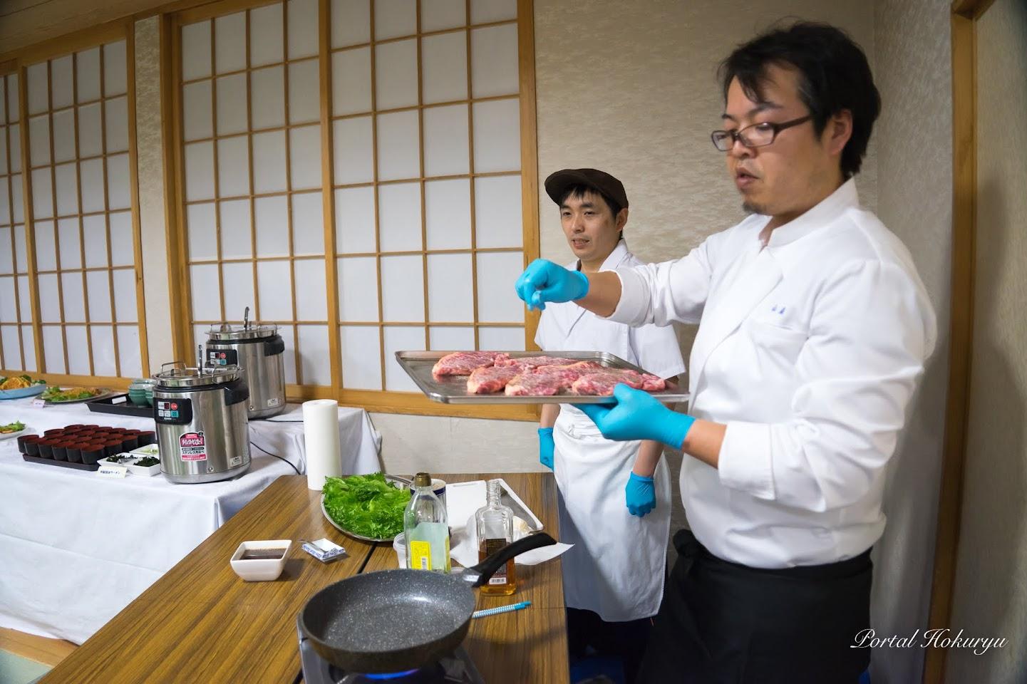 山森和樹シェフ(右)と料理人・佐藤光男さん(左)
