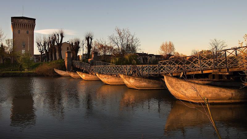 Cartolina da Commessaggio: Il ponte di barche di Rino Lio