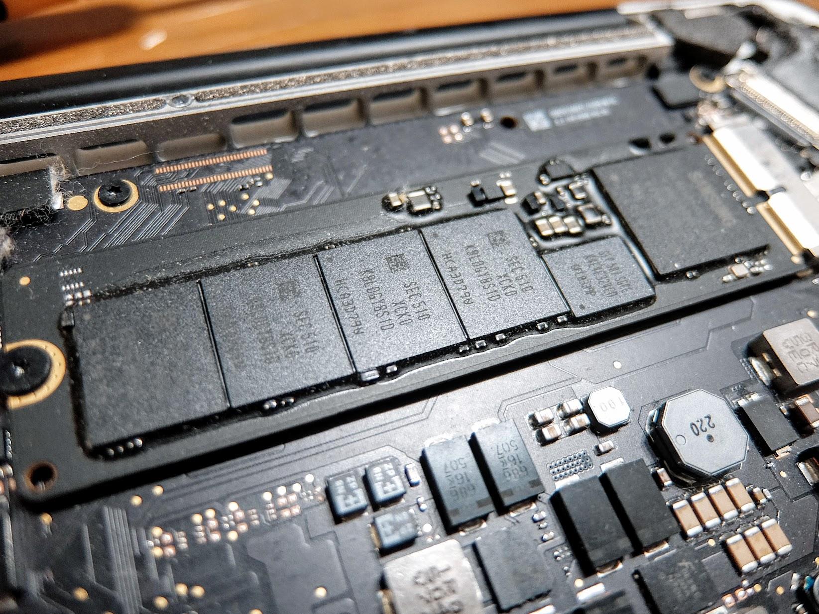 原本放硬碟的地方,還好這一代沒有焊死,不然就不能換了!! 沒記錯的話,新版的mac全部都一體成型,也就是不能更換了啊!