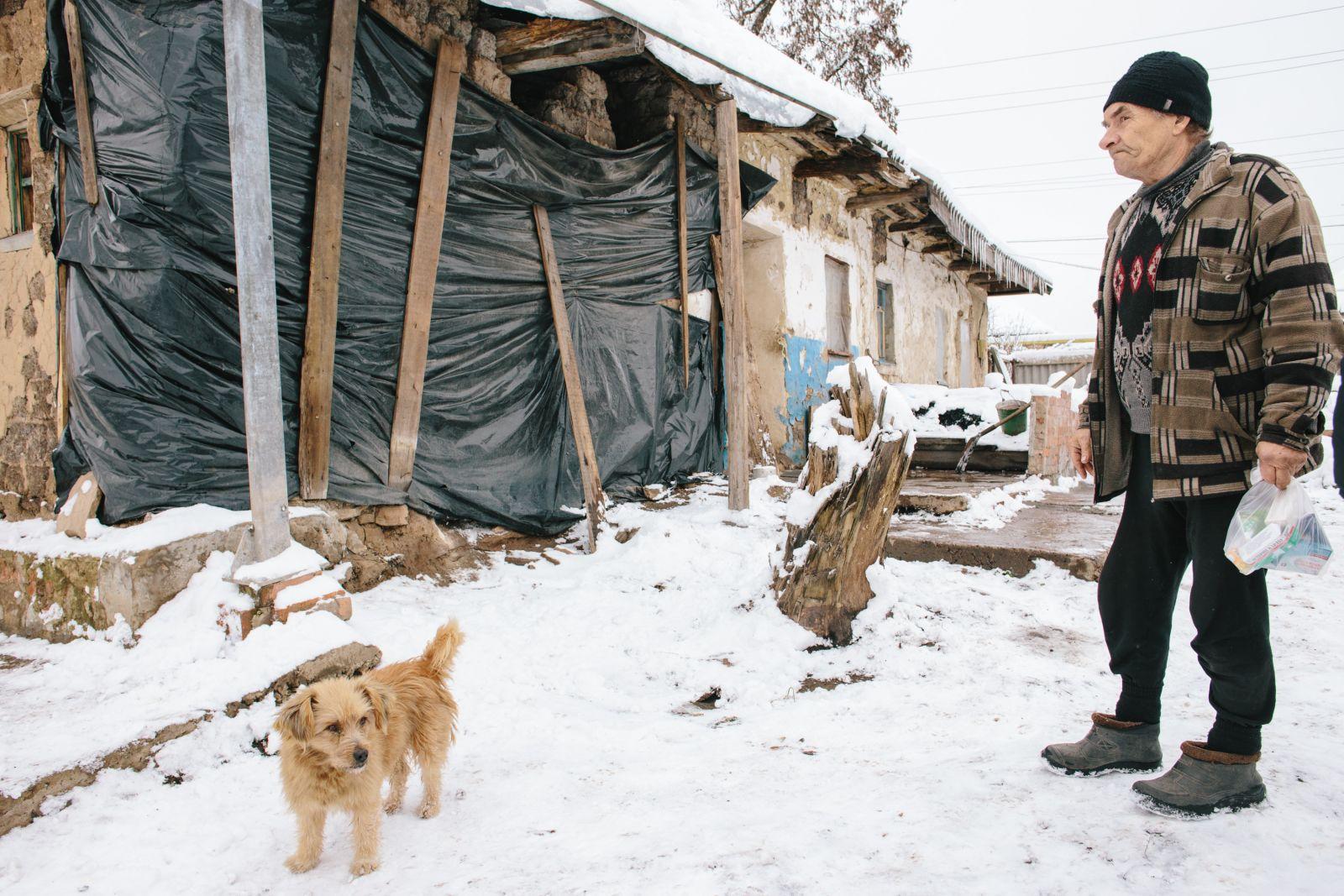 Владимир с женой и сыном проживают на улице Кирова, 105. После того, как в конце января их дом пострадал от разорвавшейся мины, семья ютится в двух комнатах. Разрушенную часть пока прикрыли брезентом и клеёнкой