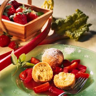 Vanille-Topfen-Knödel mit Erdbeer-Rhabarber-Kompott