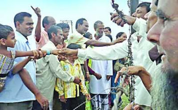 Photo: পঞ্চগড়ে কাঁটাতারের বেড়ার ফাঁকে দুই দেশের বাসিন্দাদের মিলনমেলা, এপ্রিল ২০১০। (ছবি : কালের কণ্ঠ)