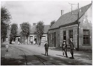 Photo: 1925 De zogenaamde Schutsboom, het pleintje op de samenkomst van de Postillonstraat en de Mastbosstraat, met op de voorgrond rails van de tram naar Antwerpen.