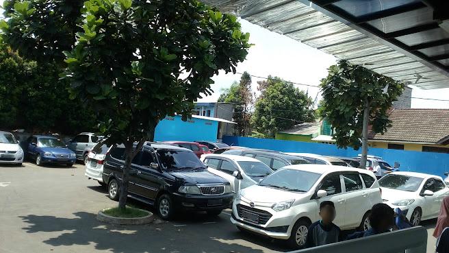Tempat parkir kolam renang Paragon