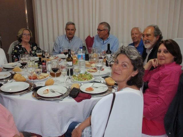 Una de las mesas de asistentes al encuentro durante la comida.