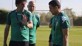 Ortega habla con Francisco, y Sergio Pardo (preparador físico), de testigo, en un entrenamiento del Córdoba.