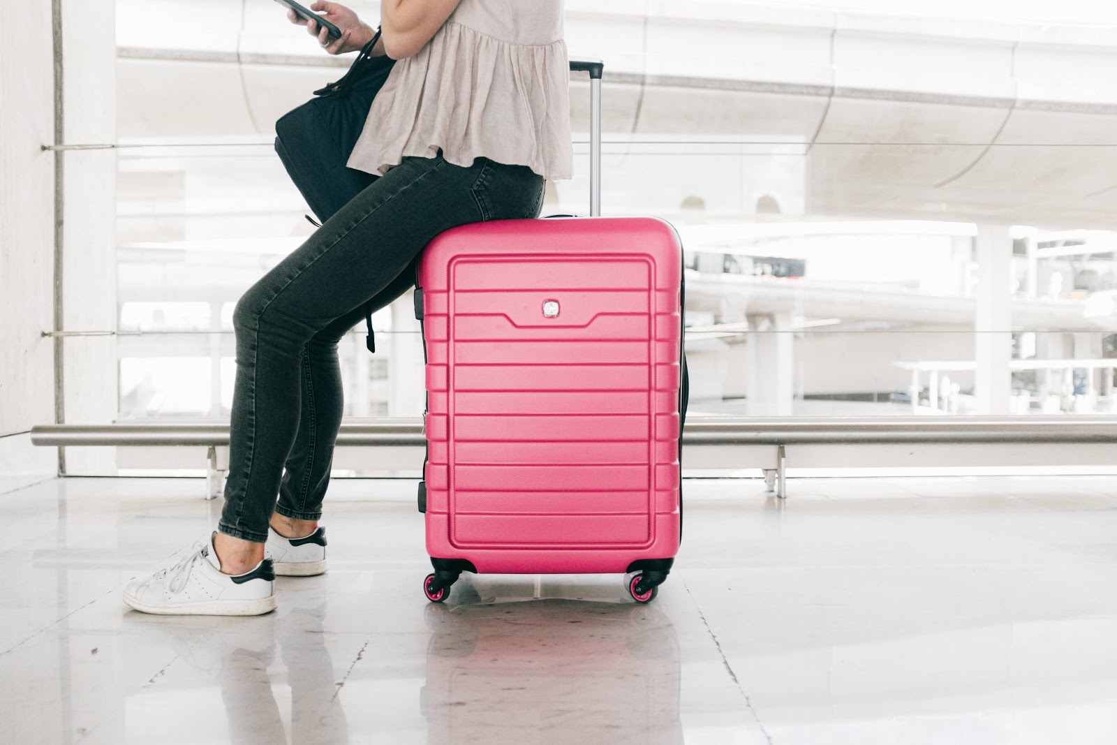 valigia-rosa-ragazza-seduta