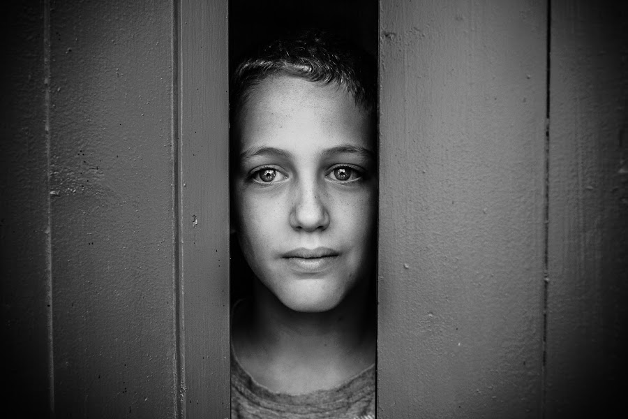 Don't leave me here alone... by Meir Pinto - Babies & Children Child Portraits ( expression, canon, look, black and white, 35mm, door, portrait, kid, eyes )