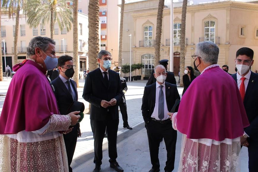 Canónigos de la Catedral de la Encarnación saludando a las autoridades asistentes al acto.