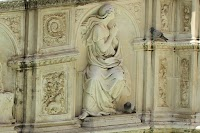 Fonte Gaia in de Piazza del Campo, Siena. Zijpaneel links met La Speranza