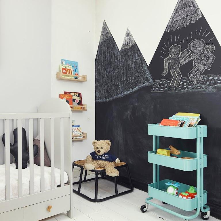 Oryginalna ściana w pokoju chłopca