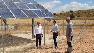 Las autoridades políticas visitando la instalación de la infraestructura.