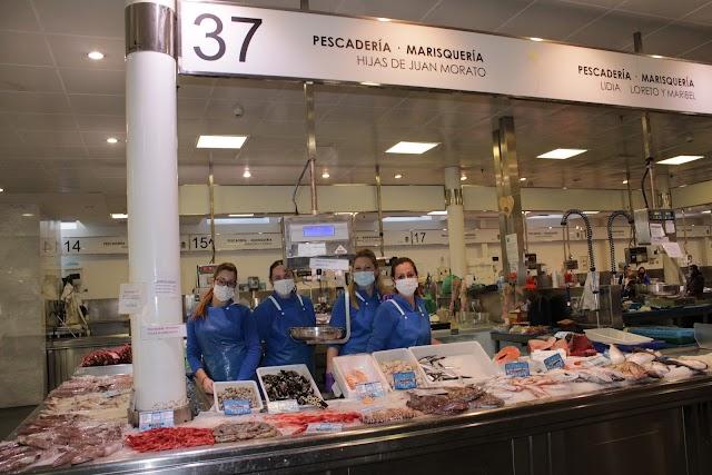Maribel, Loreto y Lidia, propietarias de Pescadería y Marisquería Hijas de Juan Morato, con Encarna.