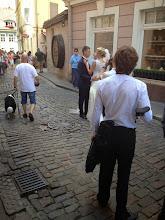 Photo: Hääpareja oli todella paljon, sekä Latviassa että Liettuassa. Tässä tämä pari tanssahtelee keskellä katua!
