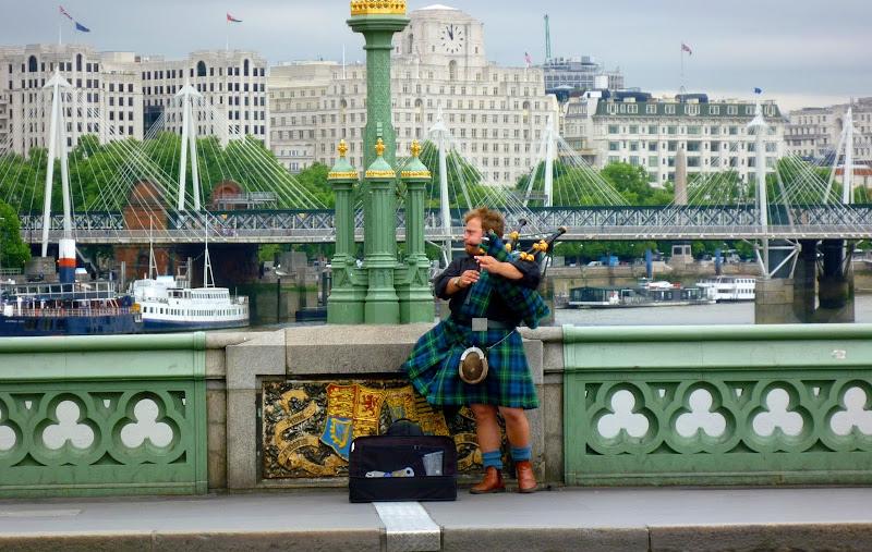 Londra.. Il suonatore di cornamusa in  pendant con l'ambiente di AlexSandra