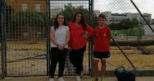 Lucas, Antonia y Sara, de 1º ESO A, durante la recogida de información para el reportaje.