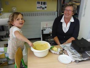 Photo: Wie is daar deeg aan het maken? De oma van Axana!