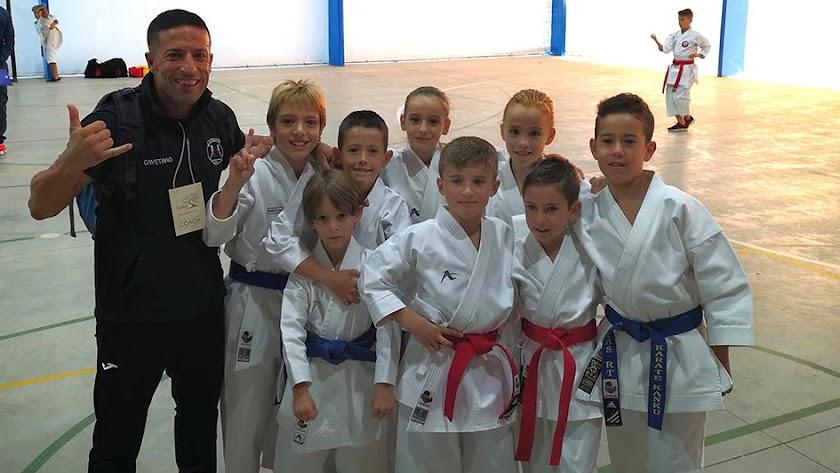 Cayetano García con los jóvenes canteranos.
