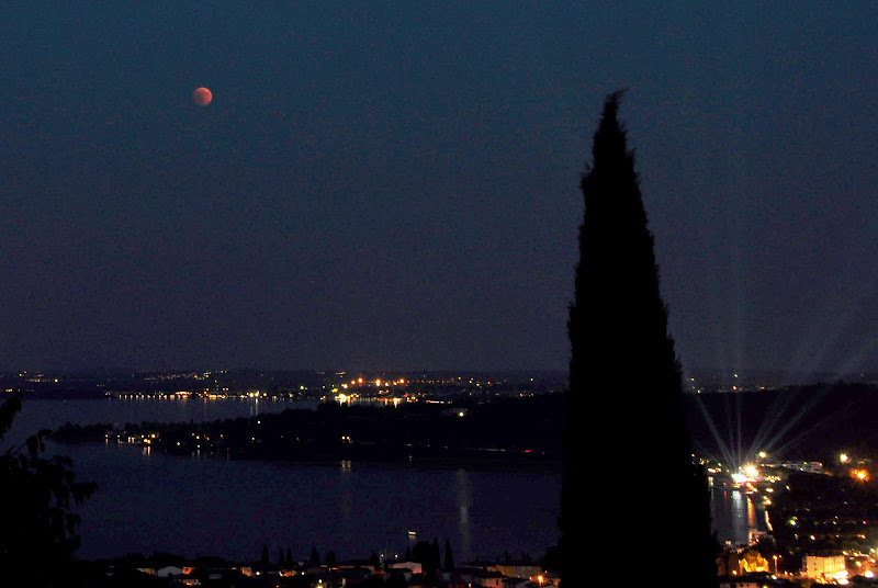 Luna rossa sul lago di Ezio Franceschini