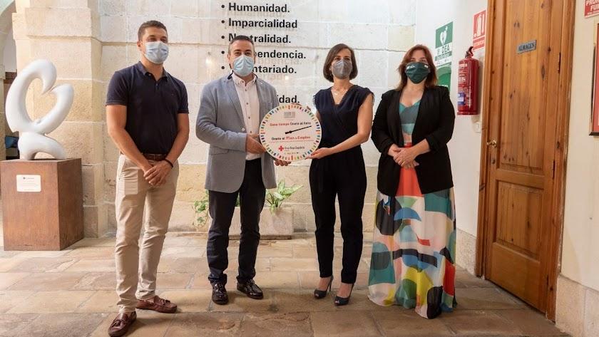 Los presidentes de Cruz Roja y UTE Jardines con Margarita Cobos