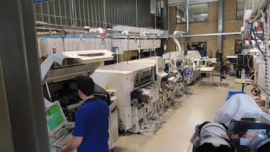 Photo: de machines zijn aan het draaien, componenten vliegen op de print tegen een snelheid van 5000 tot 40 000 per uur, dit vormt de eenheidsprijs, voor SMD's is dit vaak enkele eurocenten per component, aan elke lijn werken 2 technici, onze machines draaien standaard in 3 ploegen 6 dagen per week