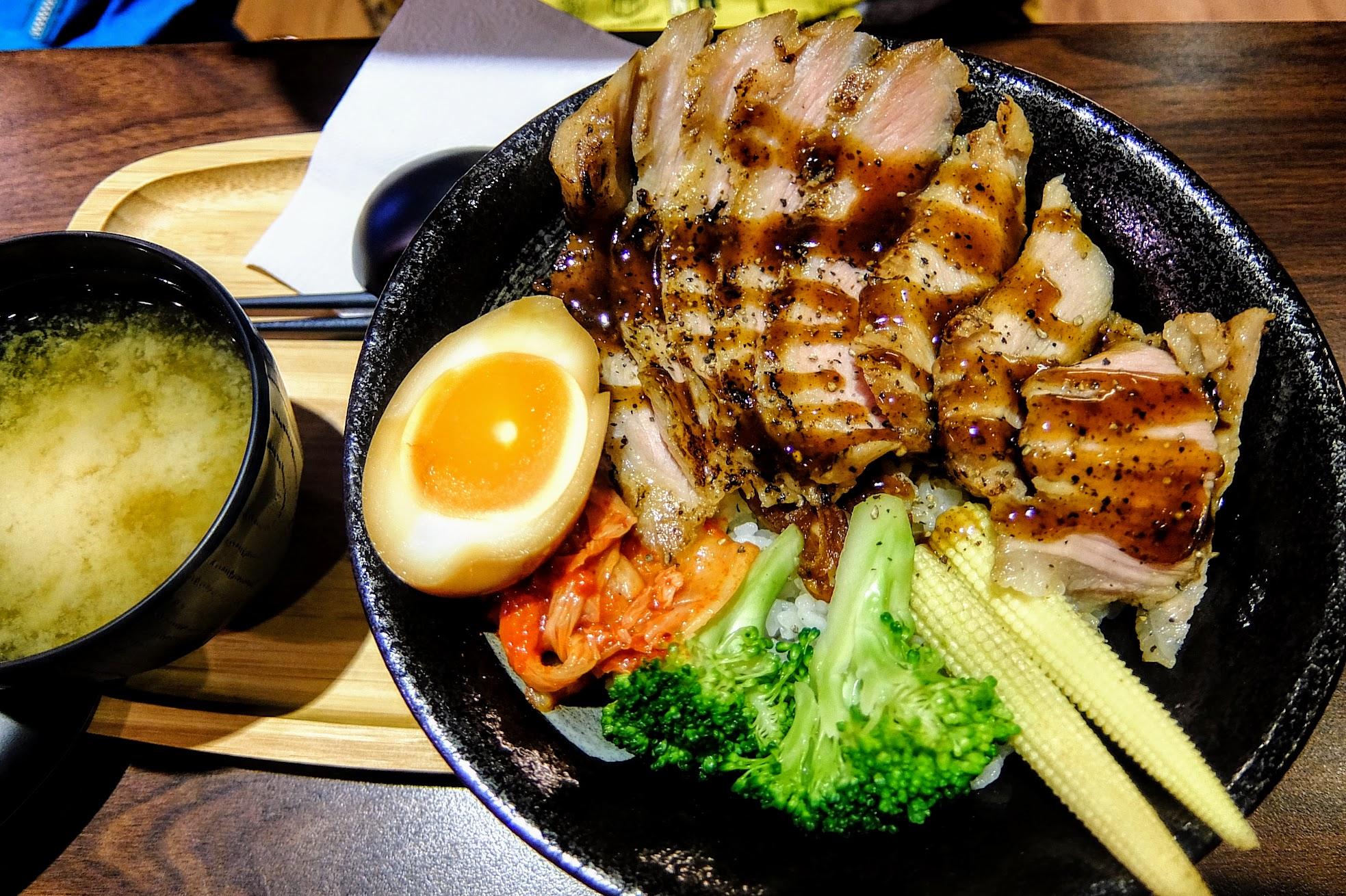 黑胡椒松阪豬丼飯,配菜相同,不同的是主餐點啦!肉片給的多喔