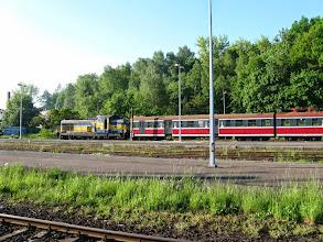 Photo: Jelenia Góra: SU42-530 odciąga na niezelektryfikowany tor postojowy EN57 która przyjechała jako 2041 z Wałbrzycha Głównego.