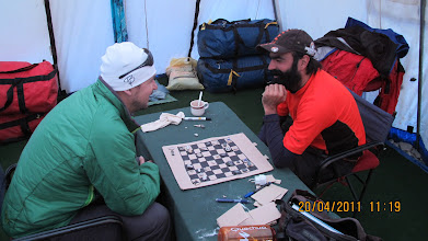 Photo: Selbstgebasteltes Schachbrett - Leonardo vs Ivan - Base Camp