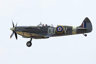 Photo: Spitfire T9 měl opakovaně problémy se zatahováním levé nohy podvozku.
