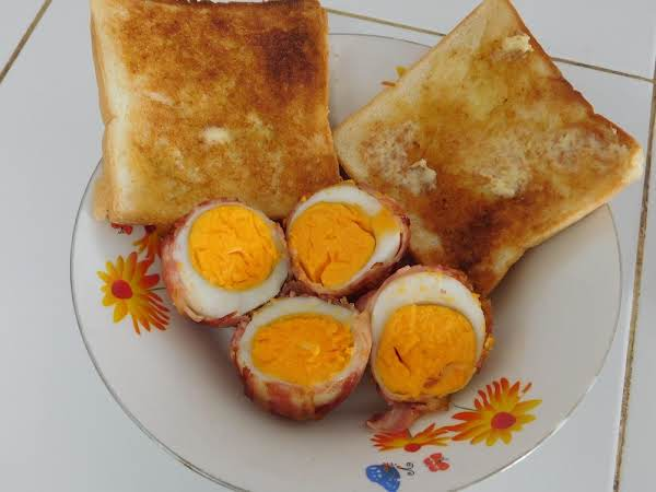 Baked Bacon Eggs With Buttered Toast.