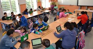 Alumnado de sexto trabajando la lectura con primero a través de las TIC.