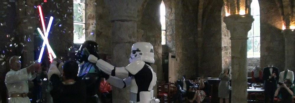 Show Star Wars theme : SW Destructuration. Duel au sabre laser et acrobatie, combat et casccades. Création : Alexis DIENNA, régleur de cascades. Escrime Cascade : https://www.escrimecascade.com/