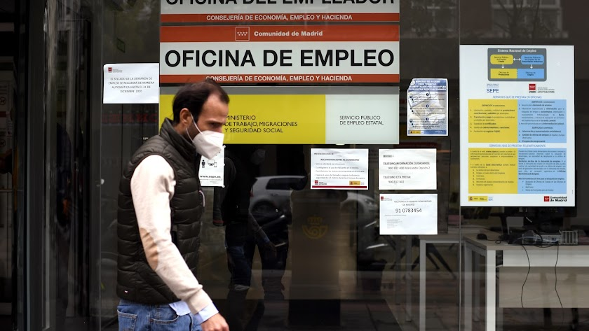 Una persona pasa al lado de una Oficina de Empleo en Madrid.
