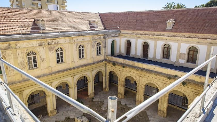 Patio del que se cambiarán los arcos y fachada exterior.
