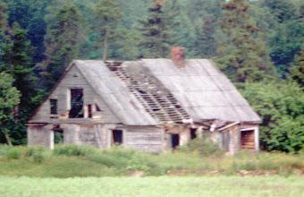 Photo: Buvusi Stropų sodyba 2000 m. Foto: Jolantos Klietkutės. 2001 m. sodyba buvo visiškai nugriauta
