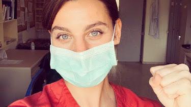 La actriz Clara Alvarado, en un selfi durante su labor en el hospital.