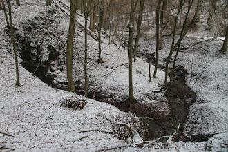 Photo: Vľavo zárez vyvieračky, vpravo potok, do ktorého sa jej vody vlievajú. Tadiaľ budem pokračovať
