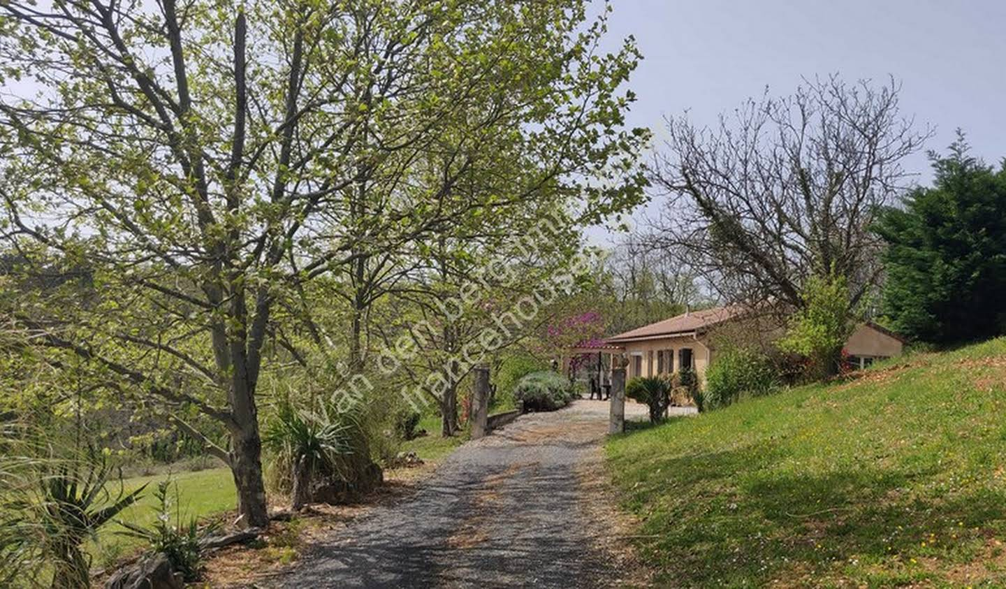Property with pool and garden Hautefort